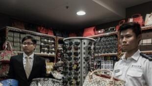 Des articles de grandes marques de luxe contrefaits saisis par la police dans un magasin de Hong Kong.