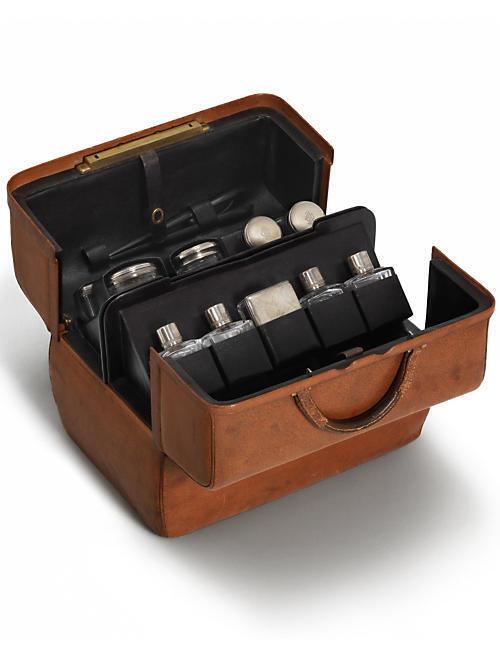 Túi Royal, dưới dạng vali làm bằng da dầy, luôn đồng hành với các nhà thám hiểm.