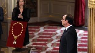 Momento de la investidura de Francois Hollande bajo la atenta mirada de su compañera, la periodista Valérie Trierweiler