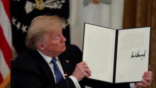 Ông Donald Trump giới thiệu sắc lệnh cắt giảm quy định hành chính để tạo điều kiện phục hồi kinh tế, ngày 19/05/2020, tại cuộc họp nội các ở Nhà Trắng, Washington, Mỹ.