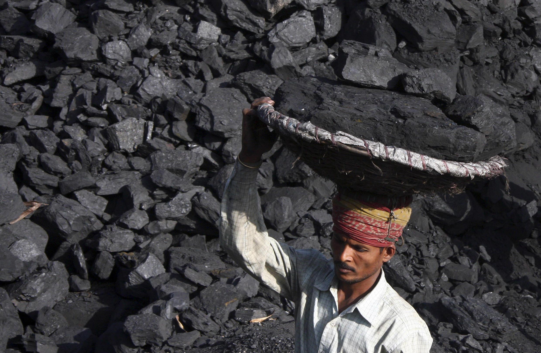 采煤的印度煤炭工人资料图片