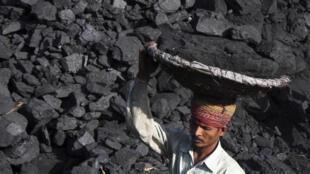 採煤的印度煤炭工人資料圖片