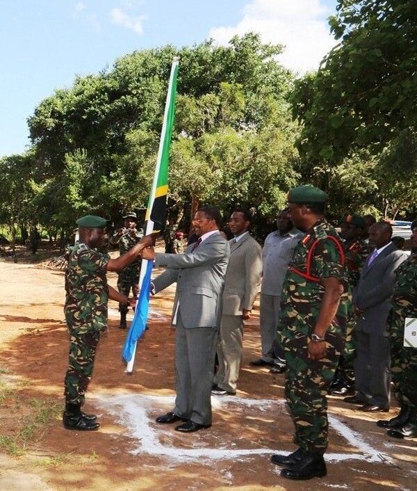 Rais wa Jamhuri ya Muungano wa Tanzania Jakaya Mrisho Kikwete akikabidhi bendera kwa Kiongozi wa Msafara wa Kikosi kinachoenda Jamhuri ya Muungano wa Tanzania