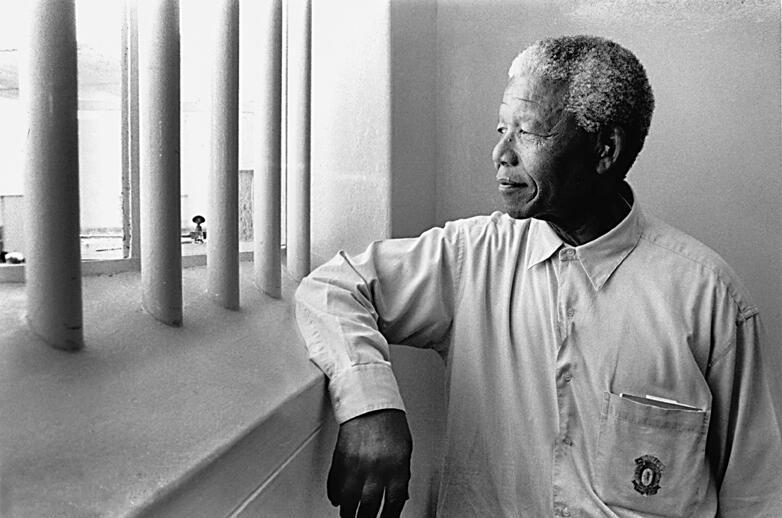 Nelson Mandela visita a cela onde ficou preso durante 27 anos em Robben Island, 1994.