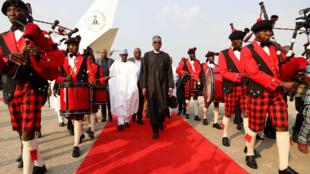Muhammadu Buhari arrivant à l'aéroport Nnamdi Azikiwe d'Abuja, samedi 19 août, à son retour de Londres.