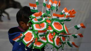 Un enfant vendeur de rues propose des drapeaux indiens aux passants à l'occasion du 69e anniversaire de l'indépendance de l'Inde, le 25 janvier 2018 (photo d'illustration).