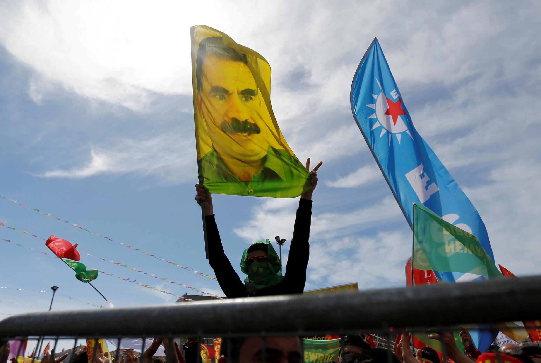 Abdullah Öcalan représenté sur un drapeau, en 2018 à Istabul.