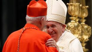 Papa Francisco cumprimenta Dom Eugenio Dal Corso, missionário italiano em Angola, um dos 13 novos cardeais nomeados neste sábado (5).