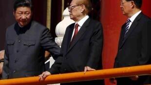 中共前總書記、前國家主席江澤民與習近平胡錦濤在天安門城樓的資料照片
