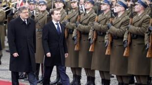 Tổng thống Nga Medvedev (P) và Ba Lan Komorowski (T) duyệt hàng rào danh dự tại Vacsava, ngày 06/12/2010