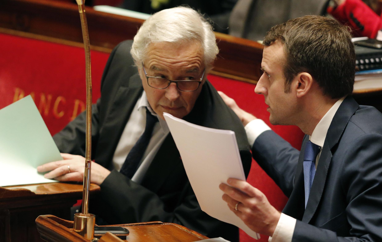 Le ministre de l'Economie, Emmanuel Macron (d), et le ministre du Travail, François Rebsamen (g), à l'Assemblée nationale, le 26 janvier 2015.