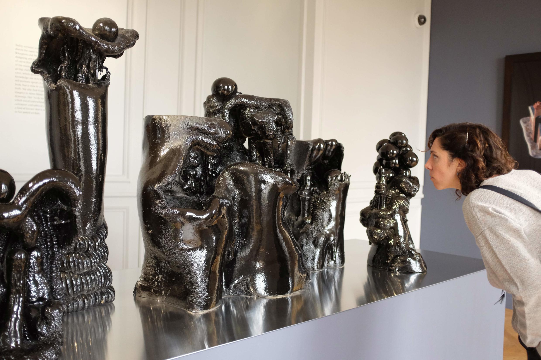 """""""Gruta genealógica"""" (2006), una cerámica de la francesa Elsa Sahal en la exposición 'Women House' en la Monnaie de París."""