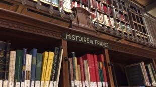 ¿Por qué se instaló en París Rufino José Cuervo en 1882 para escribir su obra sobre la lengua castellana? Por los libros de la Biblioteca Nacional de Francia.
