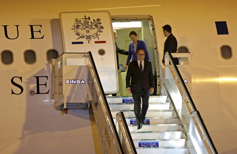 Presidente francês, François Hollande, à sua chegada, esta segunda-feira, 11 de maio, ao aeroporto internacional José Marti, em Havana, dando início, à sua visita, a Cuba