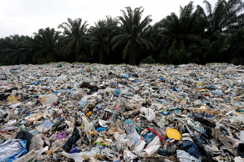 Dejetos plásticos em uma usina ilegal de reciclagem na Malásia, 10/2018