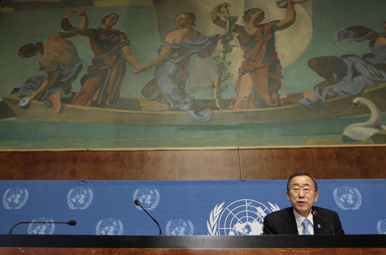 Katibu Mkuu wa Umoja wa Mataifa UN Ban Ki Moon akiwa kwenye mkutano na waandishi wa habari