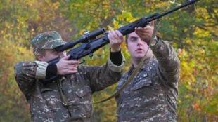 Un instructeur aide un volontaire à tirer au fusil de précision, dans le Haut-Karabakh, le 27 octobre 2020 (illustration).