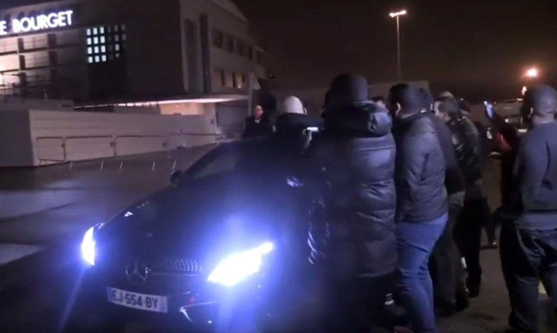 Jogadores do PSG insultados por torcedores na volta a Paris depois da humilhante derrota de 6 a 1 para o Barcelona