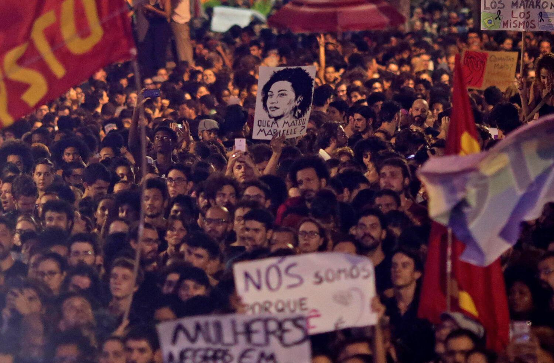 Marche dans les rues de Rio de Janeiro pour protester contre l'assassinat de la militante brésilienne, Marielle Franco le 15 mars 2018.