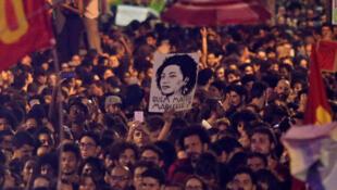 Marche dans les rues de Rio de Janeiro pour protester contre l'assassinat de la militante brésilienne Marielle Franco le 15 mars 2018.