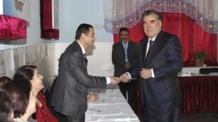 Эмомали Рахмон на избирательном участке в Душанбе 06/11/2013
