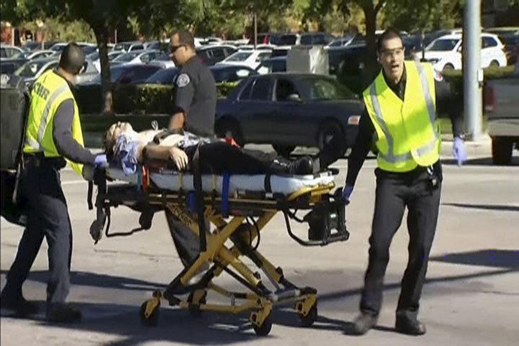 Equipes de socorro retiram as vítimas do local do ataque, em San Bernardino, na Califórnia, nesta quarta-feira (2).