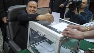 លោក Abdelaziz Bouteflika អង្គុយក្នុងរទេះរុញ បានបោះឆ្នោត កាលពីថ្ងៃព្រហស្បតិ៍ ១៧មេសា។