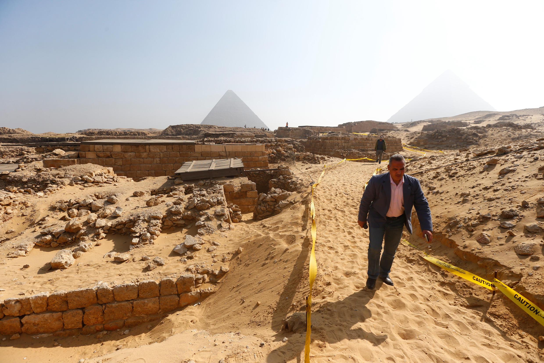 Exteriores de la tumba de Hetpet, al fondo, las pirámides de Guiza.