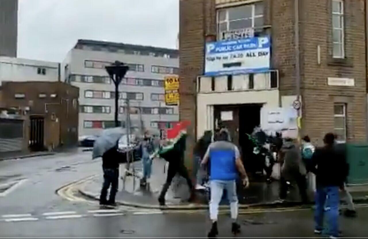 خبرگزاری ایرنا این عکس را از درگیری در بیرمنگام منتشر کرده است
