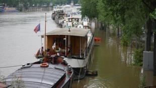 Наводнение в Париже, 2 июня 2016 года, вид с моста Бир-Хакейм
