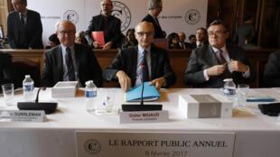 Didier Migaud, au centre, présente le rapport public annuel des la Cour des comptes, le 8 février 2017.