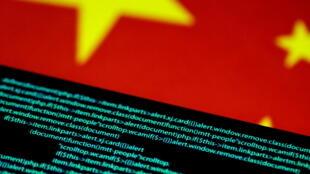 Màn hình hiện thị các mã máy tính và cờ Trung Quốc ở phía trên.. Ảnh minh họa chụp ngày 12/07/2017.