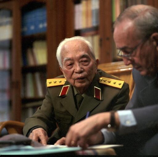 Đại tướng Võ Nguyên Giáp và nhà báo Pháp Jean-Claude Pomonti tại Hà Nội, tháng 04/2004..