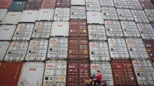 Des containers sur le port de Shanghaï.