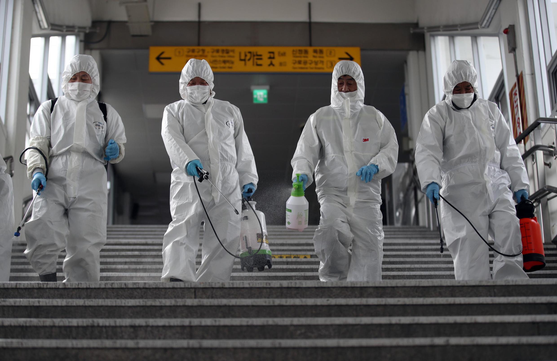 Operesheni ya kunyunyuzia dawa kuzuia kuenea kwa virusi vya Corona katika trni ya mwendo kazi , Seoul, Machi 12, 2020.