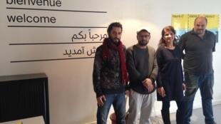 Á direita, Ariel Cypel, um dos fundadores do Ateliê dos Artistas Exilados, junto aos artistas, da esquerda para a direita: Rammah Alnabwani (Síria), Fadi Idrees (Palestina) e Oroubah Dieb (Síria).