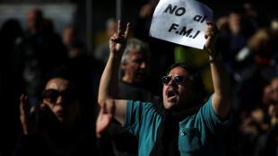 Una multitud formada por sindicalistas, políticos, defensores de derechos humanos, médicos, maestros, científicos, artistas y otros sectores de la sociedad argentina rechazó el 25 de mayo un acuerdo con el FMI.