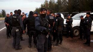 Policiais federais cercam o sítio onde os suspeitos narcotraficantes se refugiaram, em Tanhuato, no Estado de Michoacán, em 22 de maio de2015.