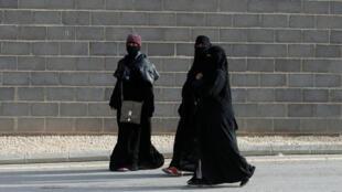 Sauditas caminham nas ruas de Riad, a capital do país, em 12 de fevereiro de 2018.