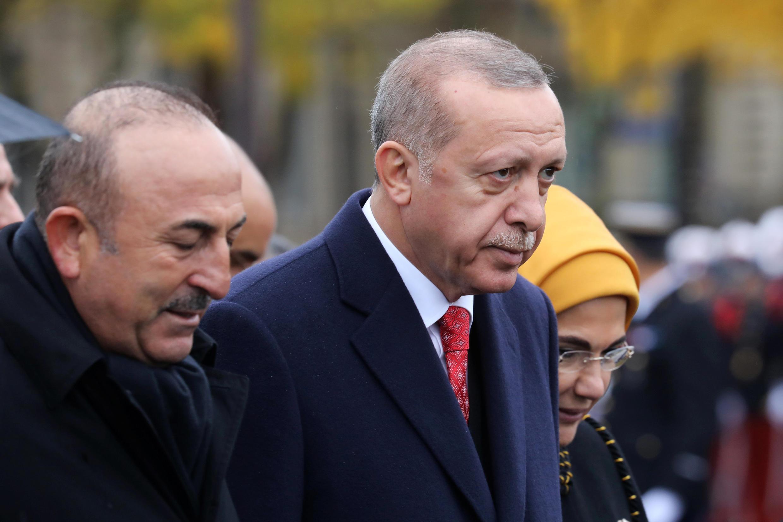 رجب طیب اردوغان، رئیس جمهوری در ترکیه و همسرش به همراه داوود چاوشاوغلو در مراسم بزرگداشت یکصدمین سالروز پایان جنگ جهانی اول در پاریس.
