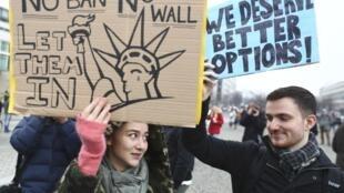 2月4日,柏林街头爆发反特朗普示威游行。