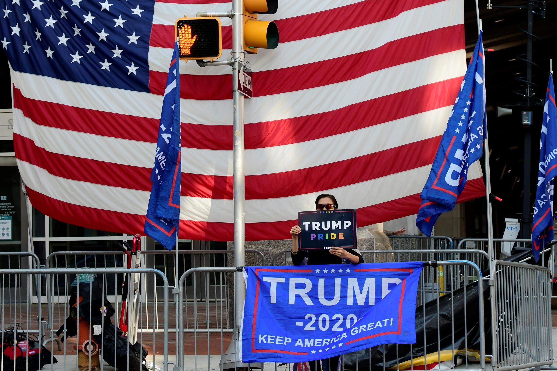 Một ủng hộ viên của Donald Trump biểu tình tại Pennsylvania, Hoa Kỳ, ngày 09/11/2020, sau khi ông Biden được tuyên bố thắng cử.