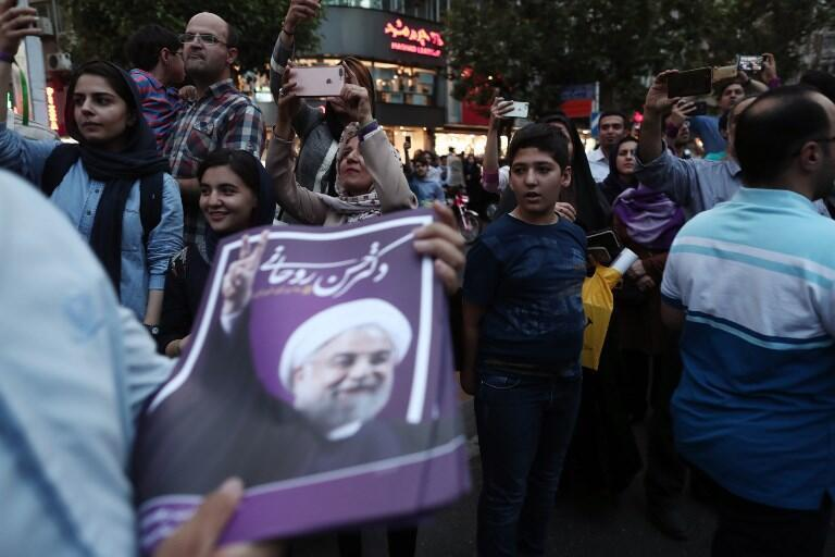 جشن و پایکوبی هواداران حسن روحانی در خیابانهای تهران پس از اعلام خبر پیروزی او در انتخابات ریاست جمهوری. شنبه ۳۰ اردیبهشت/ ٢٠ مه ٢٠۱٧