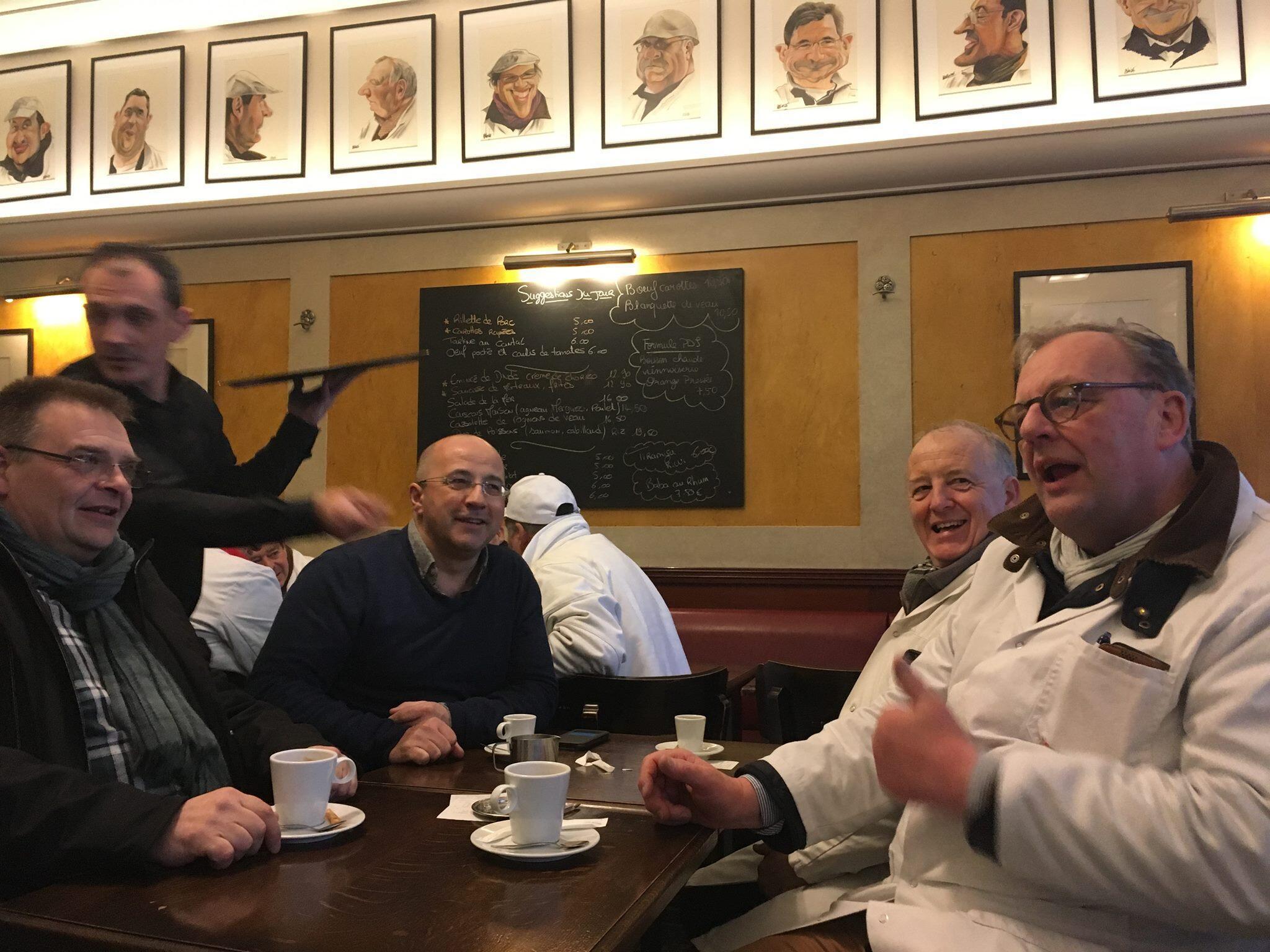 En el café Saint-Hubert, emblema del Mercado de Rungis, el importador irlandés Michael Walsh comparte con sus colegas del pabellón de las carnes.