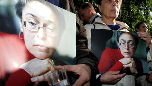 Со дня убийства прошло 13 лет. Заказчики не установлены. На фото: одна из первых акций памяти Политковской, проведенная в Москве 30.08.2007, в день ее рождения.