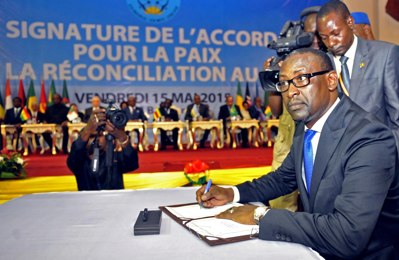 Waziri wa mambo ya nje wa Mali, Abdoulaye Diop, wakati wa kutia saini kwenye mkataba wa amani, Bamako,Mei 15 mwaka 2015.