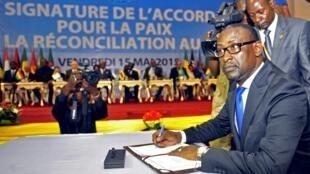 Le ministre des Affaires étrangères malien, Abdoulaye Diop, lors de la signature de l'accord de paix à Bamako, le 15 mai 2015.