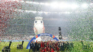 بازیکنان و دست اندر کاران تیم ملّی فوتبال پرتغال، دقایقی پس از پیروزی این تیم در جام ملت های اروپا