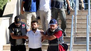 Nhân viên quân sự tình nghi can dự vào âm mưu đảo chánh bị đưa ra tòa tại Mugla (Thổ Nhĩ Kỳ), ngày 17/08/2016.