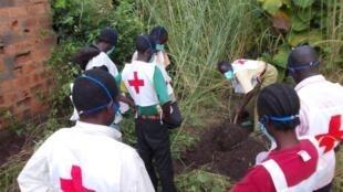 Des volontaires de la Croix-Rouge enterrent les dernières victimes des combats à Bossangoa, nord-ouest de la Centrafrique, le 15 septembre 2013.